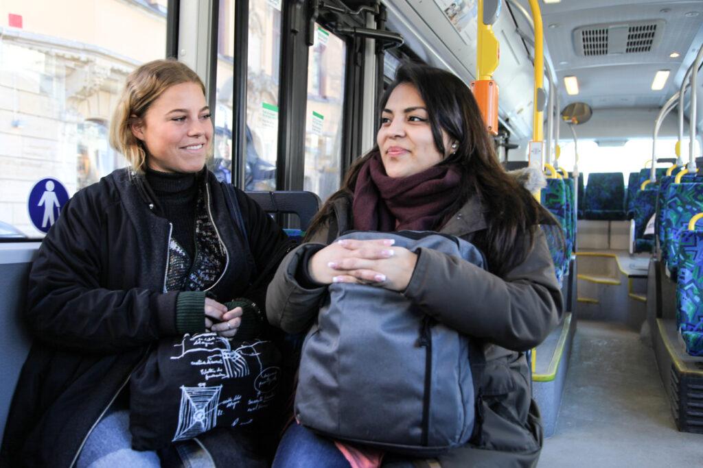 två kvinnor åker buss