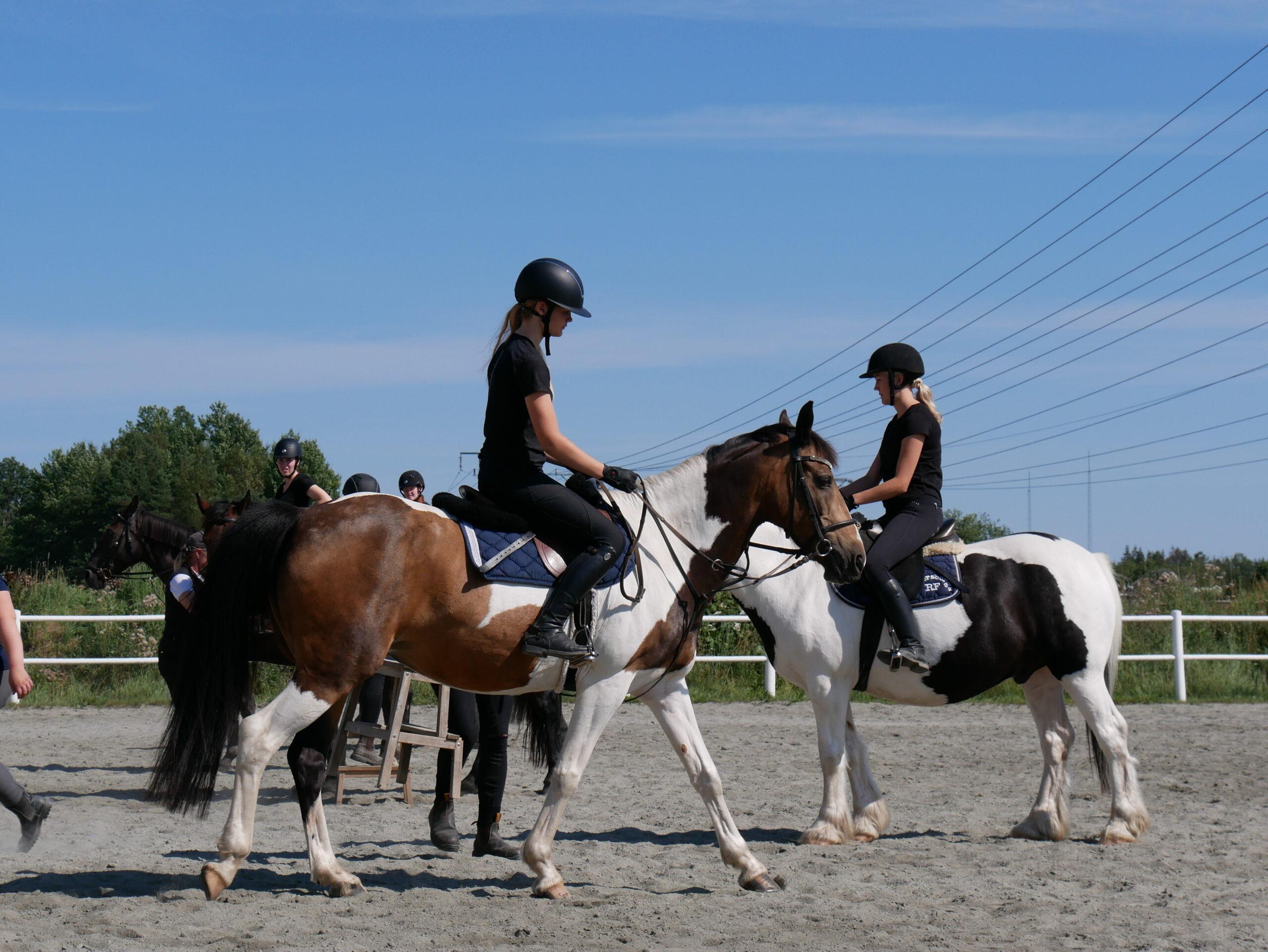 Flicka som rider